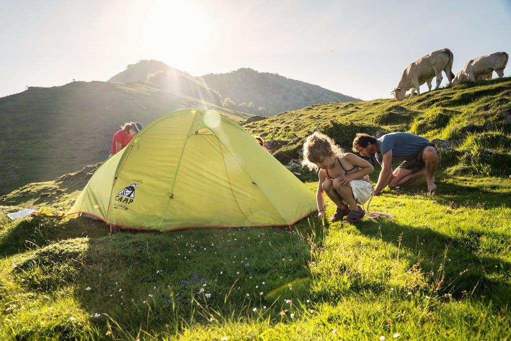 La tente installée avec les enfants